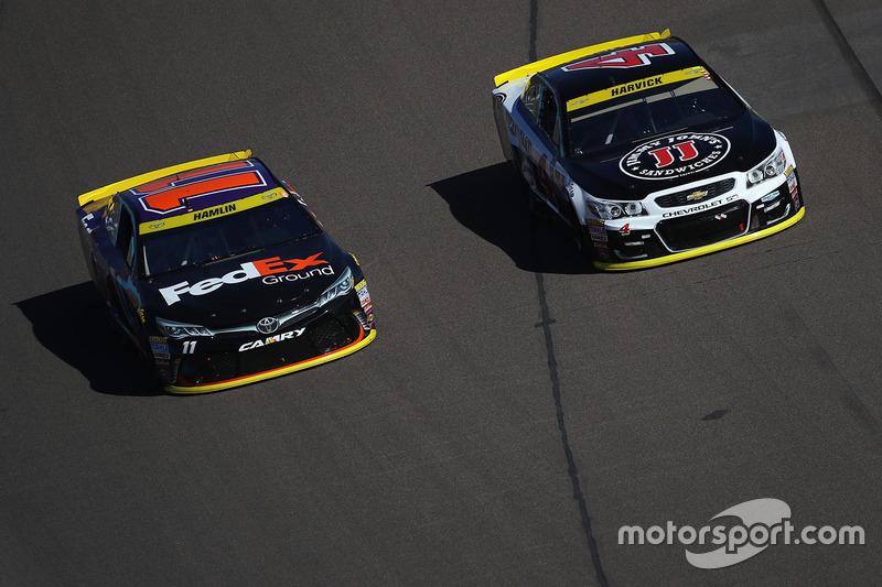 Denny Hamlin, Joe Gibbs Racing Toyota, Kevin Harvick, Stewart-Haas Racing Chevrolet