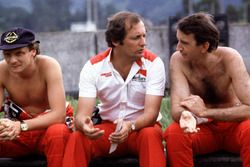Ron Dennis, McLaren-Ford Cosworth, con sus pilotos Niki Lauda (izquierda) y John Watson