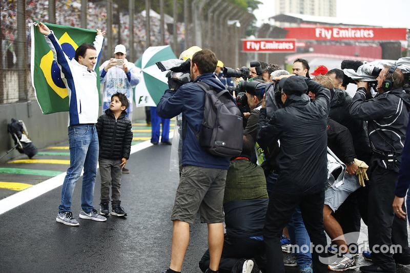 Felipe Massa, Williams, con su hijo celebra con la bandera de Brasil