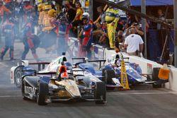Kollision in Boxengasse: James Hinchcliffe, Schmidt Peterson Motorsports Honda, Helio Castroneves, T