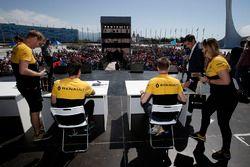 Jolyon Palmer, Renault Sport F1 Team, und Nico Hülkenberg, Renault Sport F1 Team, geben Autogramme