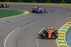 Stoffel Vandoorne, McLaren MCL32, devant Antonio Giovinazzi, Sauber C36
