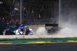 Marcus Ericsson, Sauber C36, en Kevin Magnussen, Haas F1 Team VF-17, toucheren
