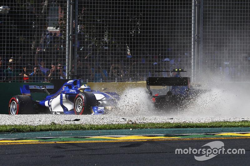 Marcus Ericsson, Sauber C36, dan Kevin Magnussen, Haas F1 Team VF-17, bertabrakan