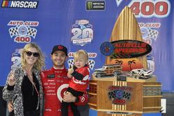 1. Kyle Larson, Chip Ganassi Racing, Chevrolet, mit Freundin Katelyn Sweet und Sohn Owen