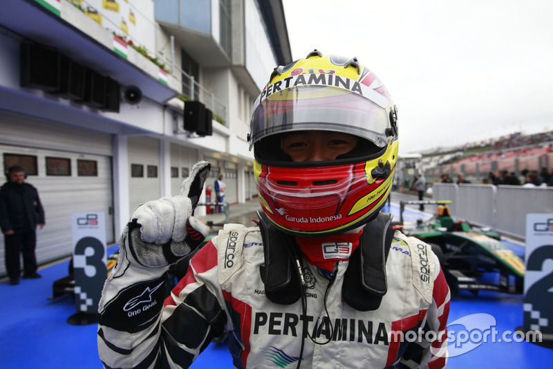 Ekspresi kegembiraan Rio Haryanto setelah memenangi Race 2 GP3 Hongara 2011.
