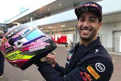 Daniel Ricciardo, Red Bull Racing firma el casco de Sergio Pérez para subasta en pro de los afectado