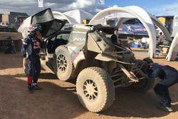 #304 Peugeot Sport, Peugeot 3008 DKR: Carlos Sainz, Lucas Cruz nach dem Unfall