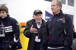 John Surtees, zijn zoon Henry en Dr Helmut Marko, Red Bull Motorsport Consulent