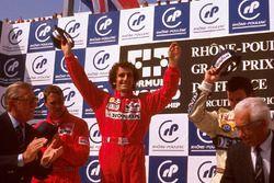 Podium : le vainqueur Alain Prost, McLaren Honda, le second Nigel Mansell, Ferrari, le troisième Riccardo Patrese, Williams Renault, avec le président de la FIA, Jean-Marie Balestre