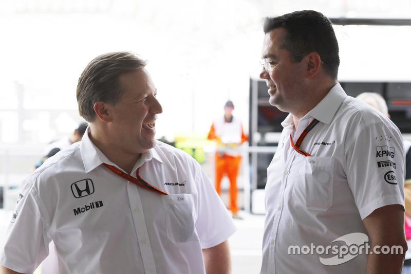 Zak Brown y Eric Boullier, McLaren en el garaje