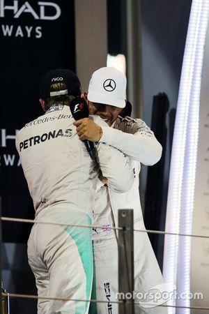 Campeón del mundo Nico Rosberg, de Mercedes AMG F1 da la mano con su compañero ganador de la carre