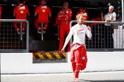Maurizio Arrivabene, Team Principal, Ferrari, Sebastian Vettel, Ferrari, sur le muret des stands