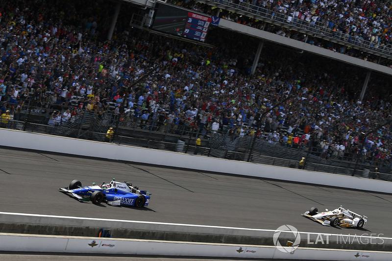 А затем трехратного победителем Indy 500 опередил Сато. Тот самый Сато, который попал в аварию несколько лет назад, точно так же сражаясь за победу на последних кругах этой гонки.