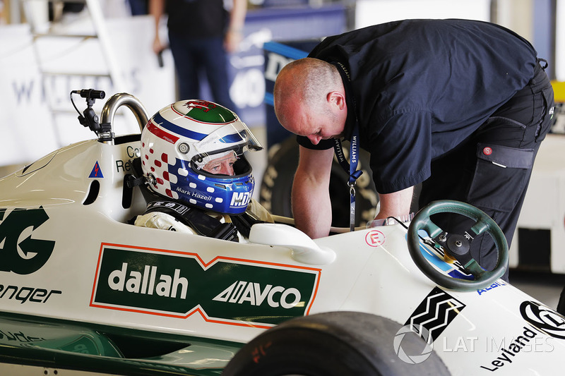 Mark Hazell se prepara para una carrera en el coche de Carlos Reutemann Williams FW07B