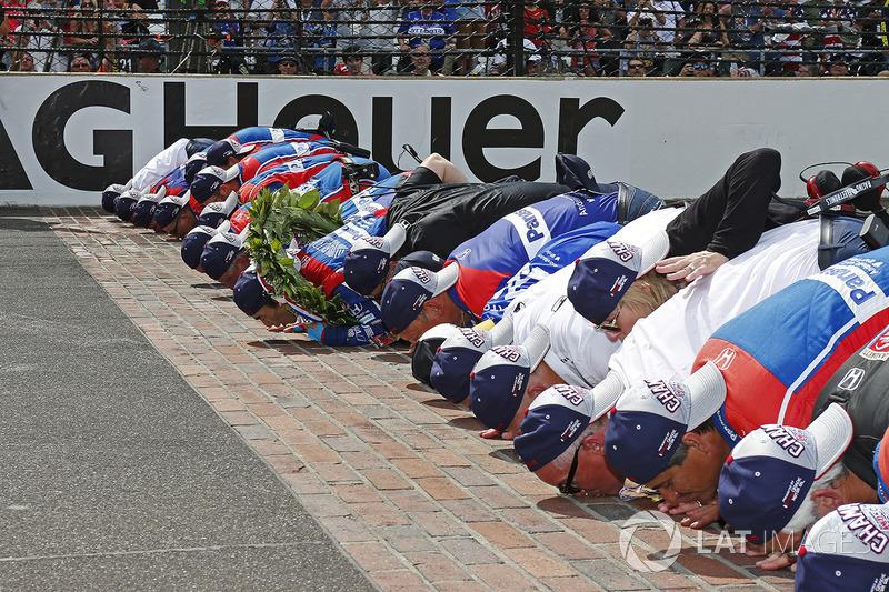 Takuma Sato, Andretti Autosport Honda besa la yarda de ladrillos con su equipo