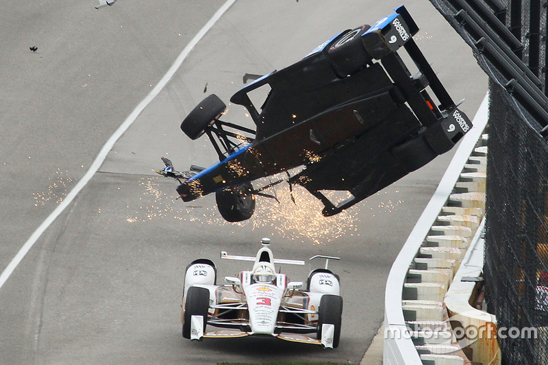 Scott Dixon, Chip Ganassi Racing Honda crasht, Helio Castroneves, Team Penske Chevrolet, duikt er on