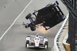Scott Dixon, Chip Ganassi Racing Honda crasht, Helio Castroneves, Team Penske Chevrolet, duikt er on