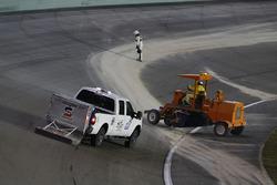 Nettoyage de la piste après le drapeau rouge