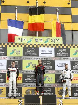 Podio: ganador de la carrera Laurens Vanthoor, Audi Sport Team WRT Audi R8 LMS; segundo lugar Kévin