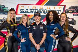 Max Verstappen en promotiedames tijdens de presentatie van de Jumbo Racedagen 'driven by Max Verstappen'