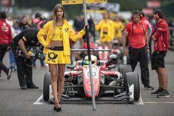 La grid girl de Callum Ilott, Prema Powerteam, Dallara F317 - Mercedes-Benz