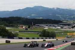 Jenson Button, McLaren MP4-31 dan Rio Haryanto, Manor Racing MRT05