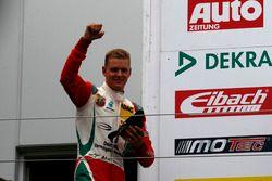 Podio: ganador de la carrera Mick Schumacher, Prema Powerteam
