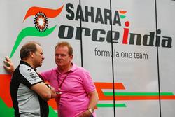Robert Fernley, Sahara Force India F1 Team gedeputeerd teambaas, met Jonathan Palmer, tijdens de rij