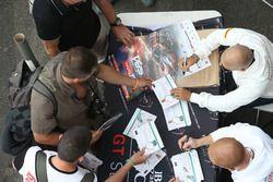 Drivers signs autographs