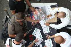 Drivers signs autographs