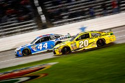 Brian Scott, Richard Petty Motorsports Ford en Matt Kenseth, Joe Gibbs Racing Toyota