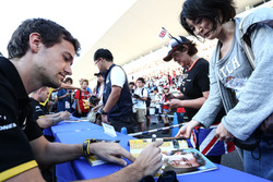 Jolyon Palmer, Renault Sport F1 Team firma de autógrafos para los fans