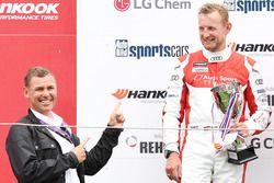 Bernhard van Oranje op het podium na de Audi Sport TT Cup-race op zondag
