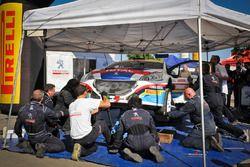 Meccanici al lavoro sulla Peugeot 208, Peugeot Sport Italia nel parco assistenza