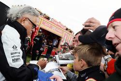 Dr. Vijay Mallya, propriétaire Sahara Force India F1 Team signe des autographes pour les fans dans la fanzone Sahara Force India F1 Team au Woodlands Campsite