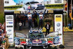 Podio: ganadores Sébastien Ogier, Julien Ingrassia, Volkswagen Motorsport