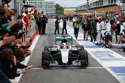 Ganador de la carrera Lewis Hamilton, Mercedes AMG F1 entra en parc ferme