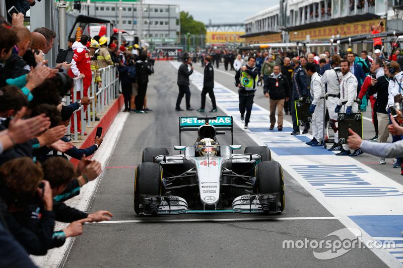 Yarış galibi Lewis Hamilton, Mercedes AMG F1 parc ferme