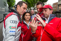 Audi Sport Team Joest: Benoit Tréluyer, race engineer Leena Gade and Andre Lotterer try a selfie