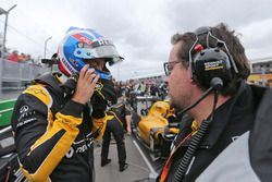 Jolyon Palmer, Renault Sport F1 Team avec Julien Simon-Chautemps, ingénieur de course Renault Sport F1 Team sur la grille