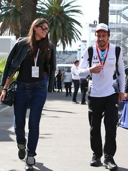 Fernando Alonso, McLaren, mit Freundin Linda Morselli