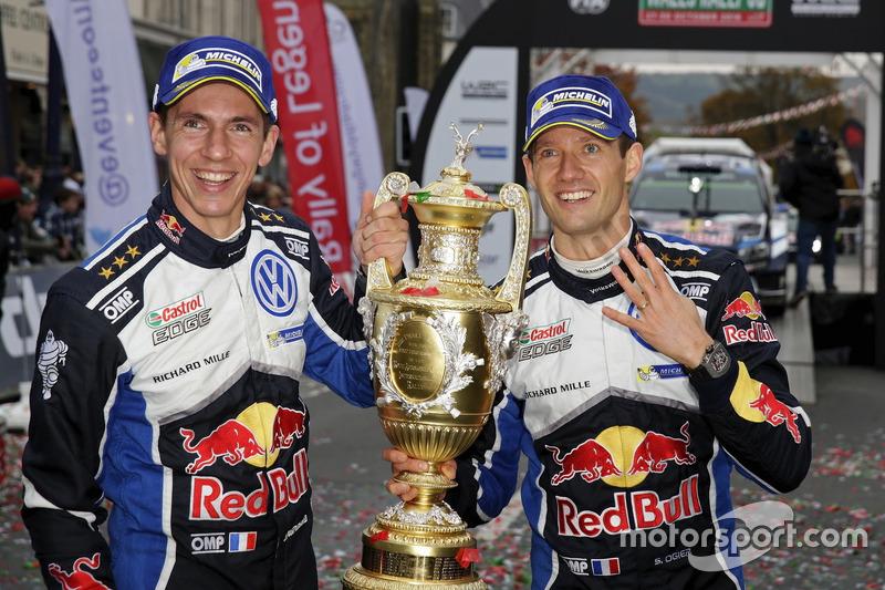 Ganadores Sébastien Ogier, Julien Ingrassia, Volkswagen Polo WRC, Volkswagen Motorsport con el trofe