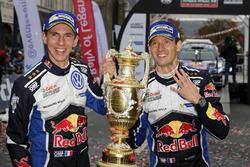 Sébastien Ogier, Julien Ingrassia, Volkswagen Polo WRC, Volkswagen Motorsport, avec le trophée des vainqueurs