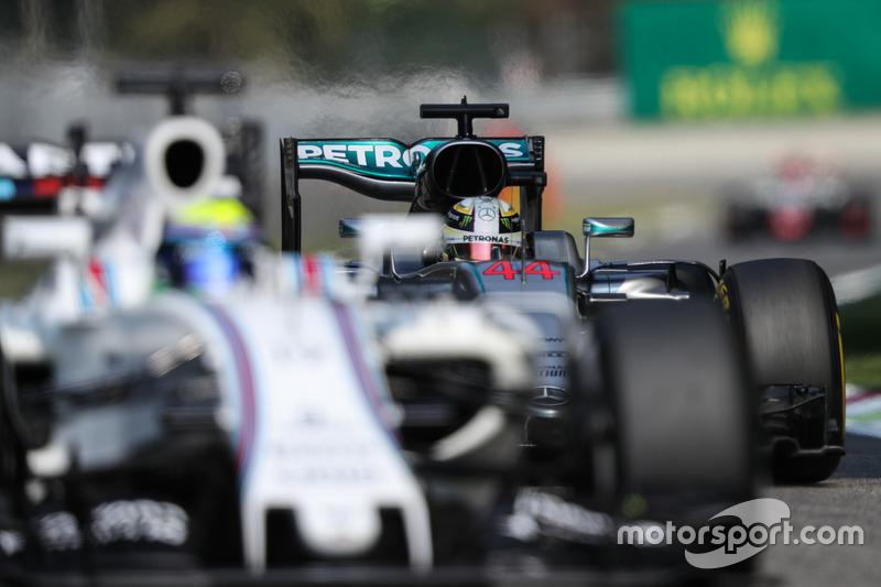 Lewis Hamilton, Mercedes AMG F1 W07 Hybrid; Felipe Massa, Williams FW38