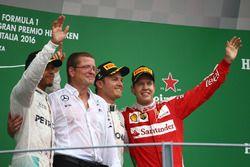 Podio: il vincitore Nico Rosberg, Mercedes AMG Petronas F1 W07, secondo Lewis Hamilton, Mercedes AMG