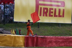 Un mariscal agita una bandera roja como la carrera es stoppd