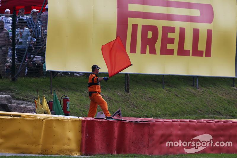 Un marshal sventola la bandiera mentre la gara è sospesa