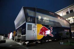 El Red Bull Racing edificio de pits en la noche