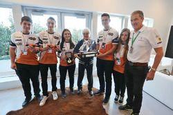 Bernie Ecclestone, met de 2016 F1 in Schools winnaars - Infinite Racing uit Griekenland
